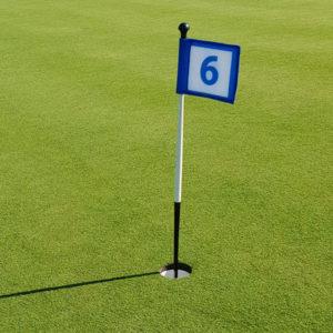 blau-weisse Putting Green Fahne stehend